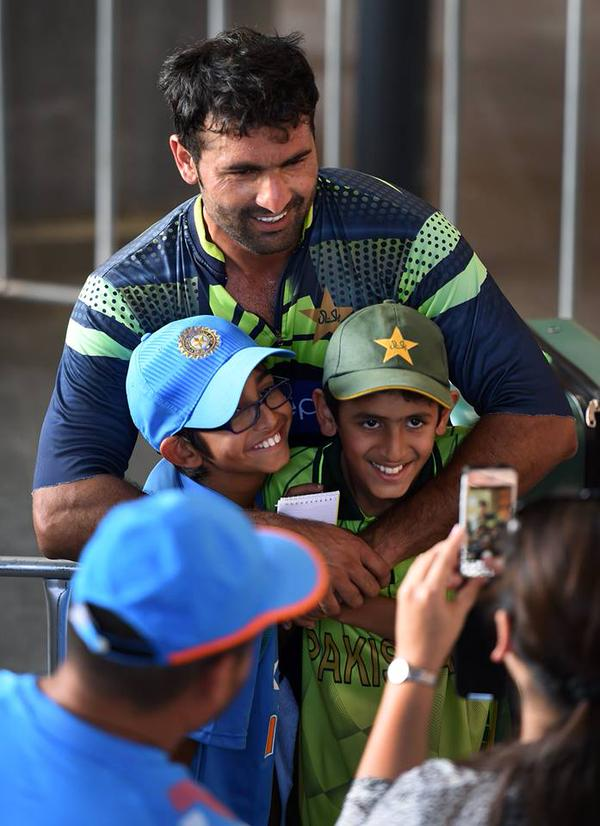 Sohail Khan Poses With Young Fans of India & Pakistan