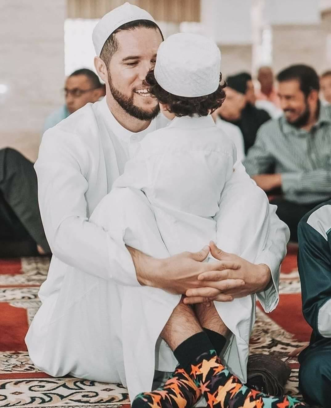 South African Bowler Wayne Parnell With His Son At Masjid