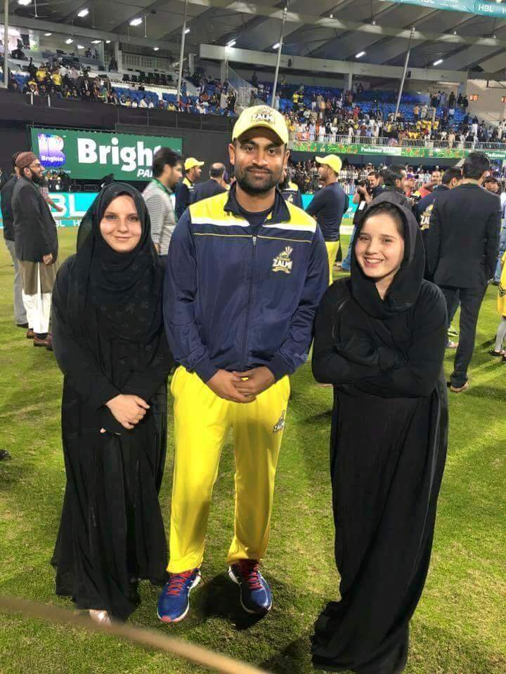 Tamim Iqbal with daughters of Shahid Afridi
