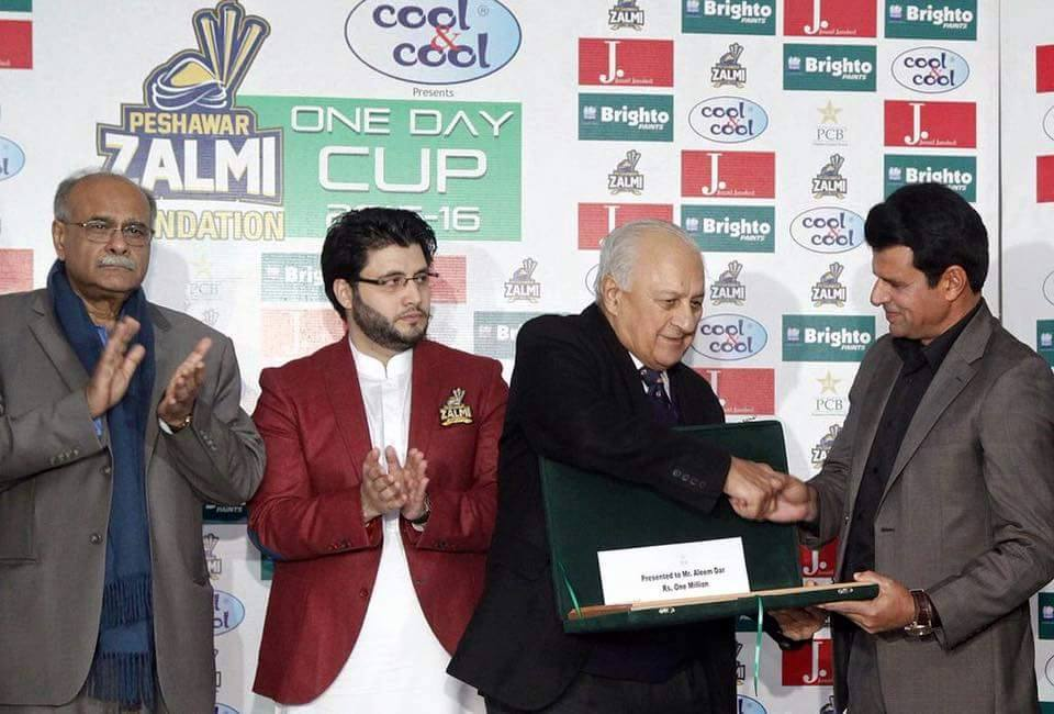 Umpire Aleem Dar Receiving His Award From Shahryar Khan