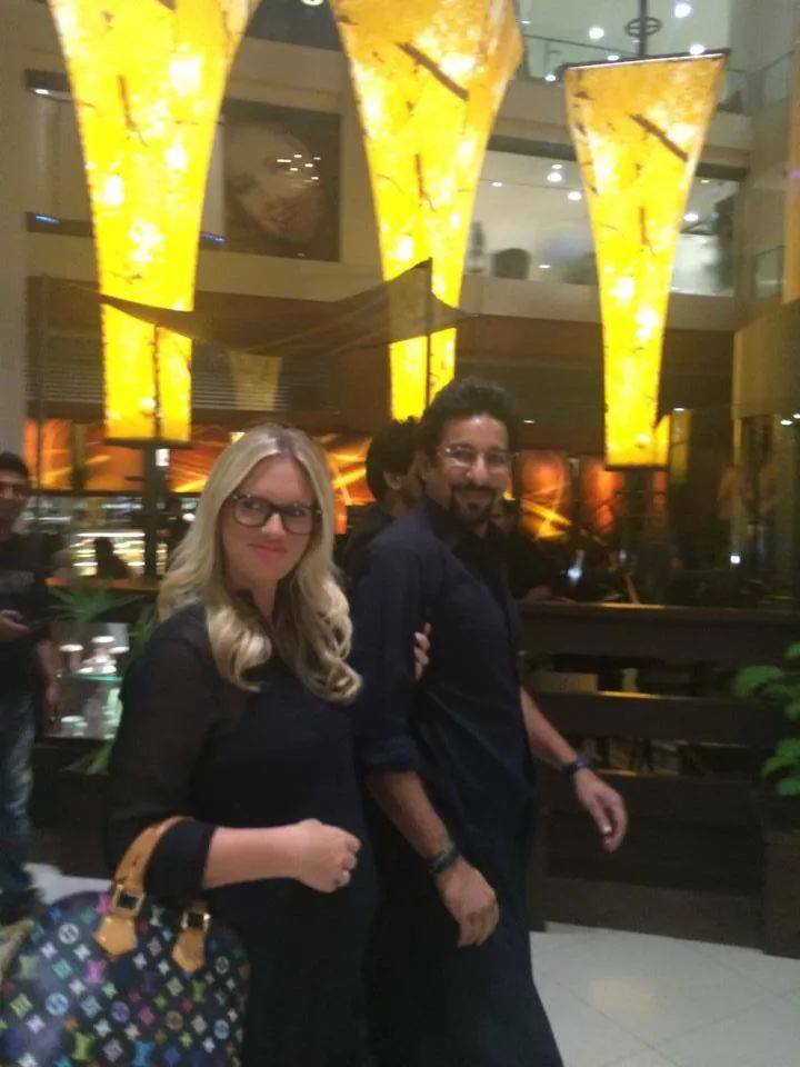Wasim Akram With His Wife Shaniera