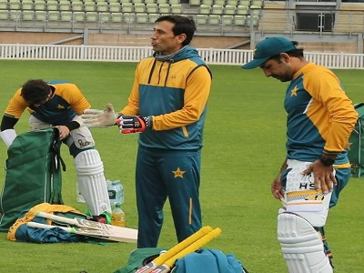 Younis Khan Passing On His Knowledge To Sarfaraz Ahmed