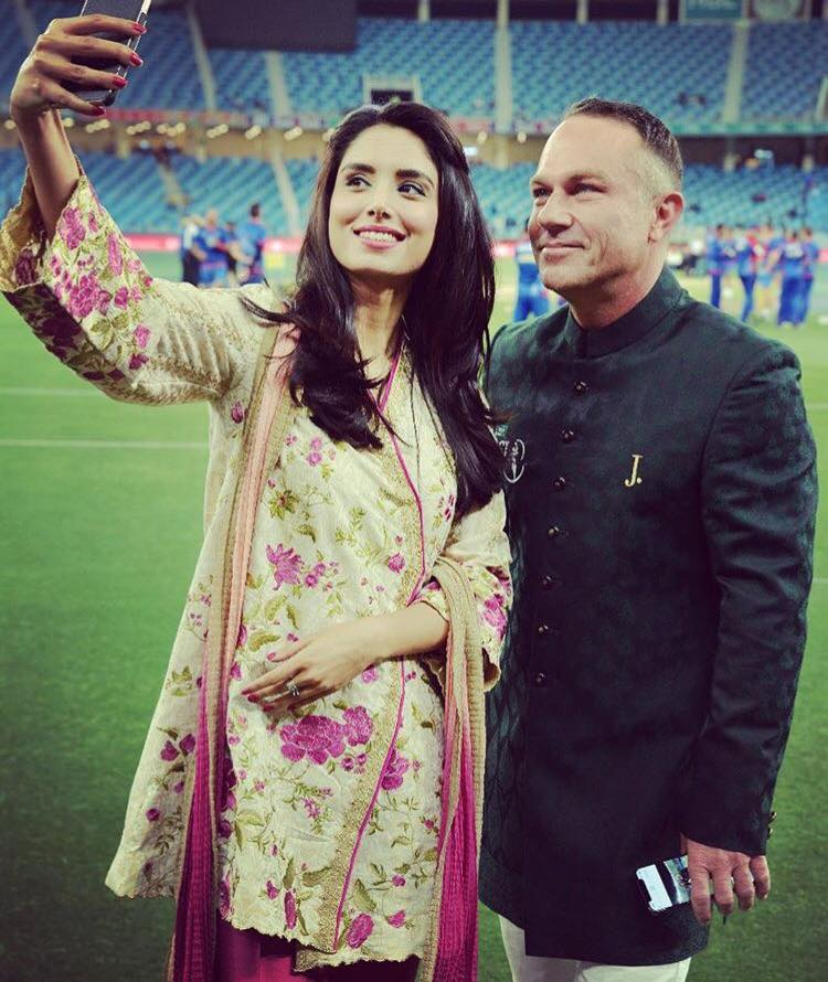 Zainab Abbas Clicking Selfie With Michael Slater