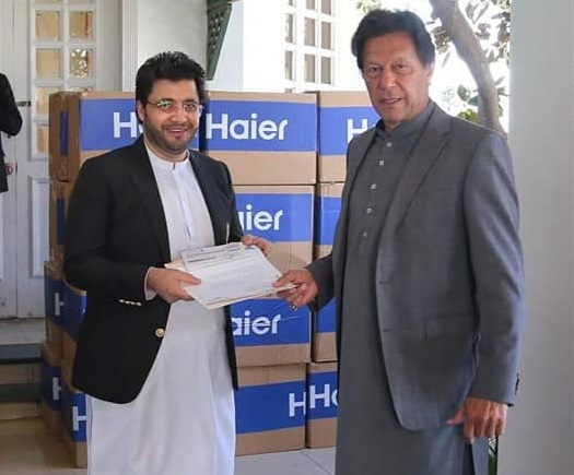 Javed Afridi Handed Over The Cheque Of 1 Crore Rupees To Imran Khan For Relief Funds