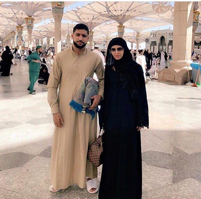 Boxer Aamir Khan With His Wife Faryal In Masjid E Nabwi