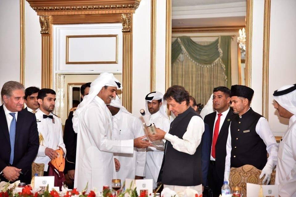Emir Qatar Taking Autograph Of Imran Khan