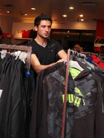 Junaid Khan Spotted while Shopping at a Branded outlet