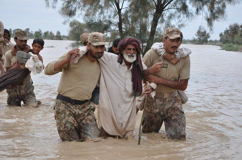 Pakistan Army Helping Flood Victims