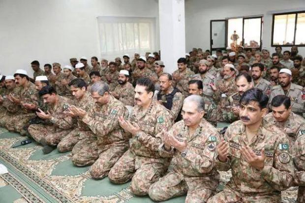 Army Chief of Pakistan Raheel Sharif Offered Eid Prayer With Troops