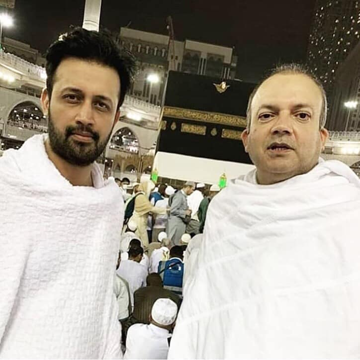 Atif Aslam With Journalist Nadeem Malik At Ka'aba