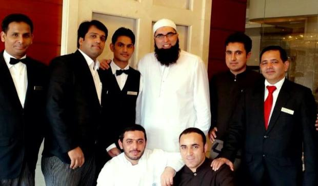 Junaid Jamshed With Staff Of Makkah Hilton Towers