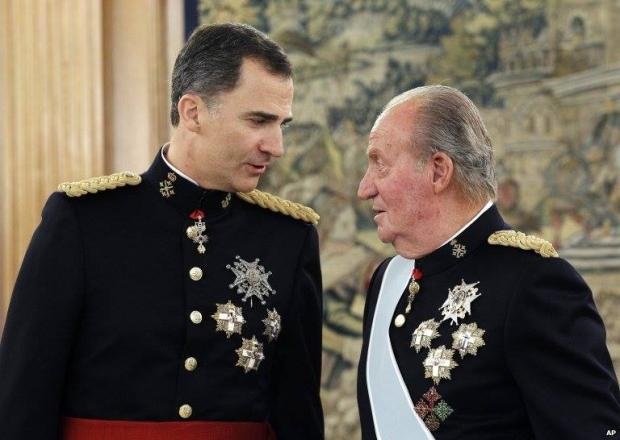 King Felipe Receives Royal Sash From His Father