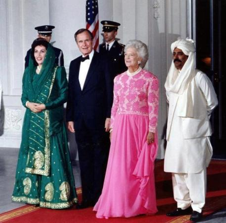 Memorable picture of Benazir & Asif zardari along with Mr & Mrs Bush