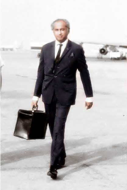 Rare Photo - Zulfiqar Ali Bhutto carrying his luggage bag