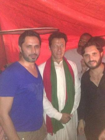 Shahid Afridi's brothers Mushtaq and Sajid with Imran khan