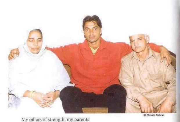 Shoaib Akhtar with Parents...