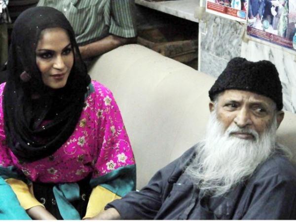 Veena Malik Met With Abdul Sattar Edhi