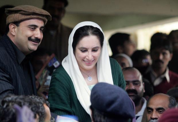 Zamurd Khan Islamabad Hero - Famous Pics With Shaheed Benazir Bhutto
