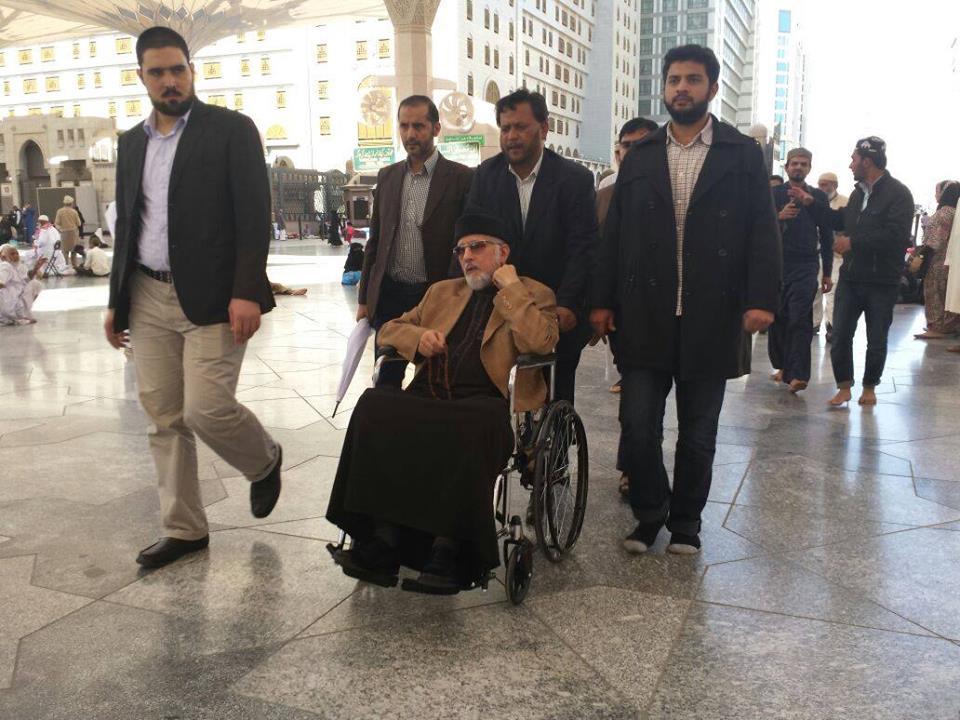 Dr. Tahir-ul-Qadri Going In Masjid al-Nabawi
