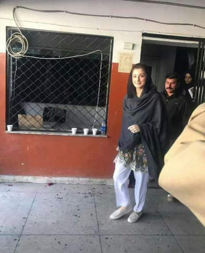 Maryam Nawaz Meets With Father In Jail With Brave Smile