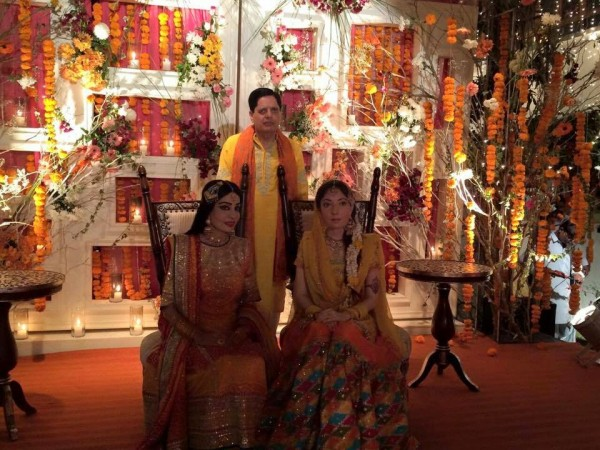 Sharmila Farooqi Mayoon Mehndi Pic With Father & Mothers
