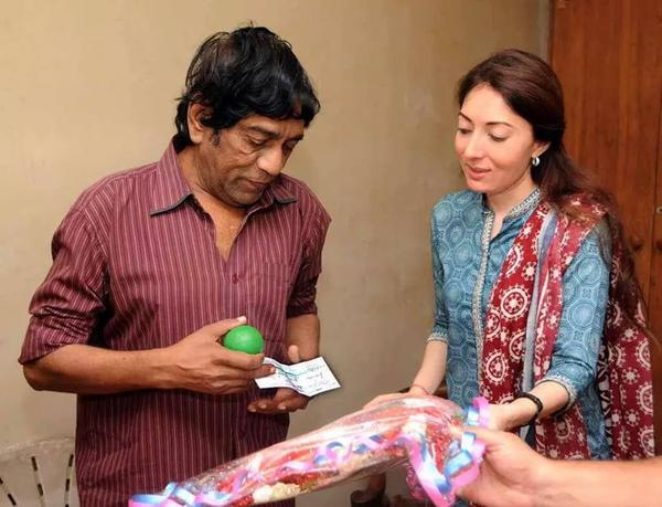 Sharmila Farooqi give Rs 4 Lac Cheque to Majid Jahangir
