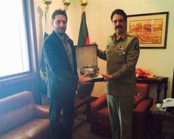 Army chief General Raheel Sharif awards souvenir to Shahid Afridi