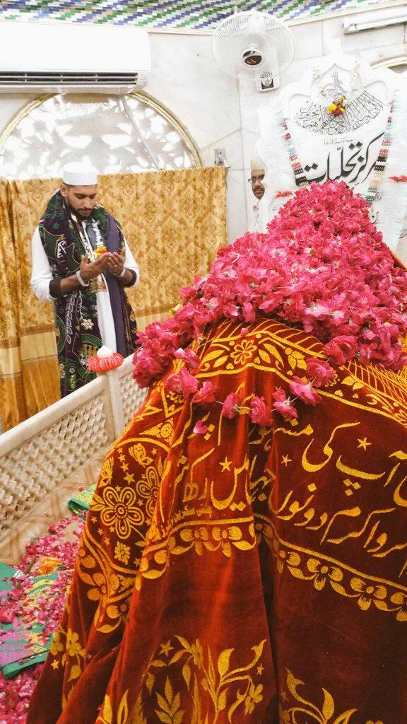 Boxer Amir King Khan Praying at Data Darbar Lahore