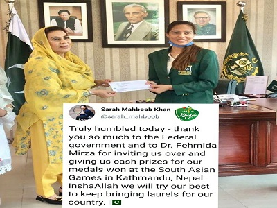 Dr Fehmida Mirza Presenting Cheque To Tennis Star Sarah Mehboob On Winning Medal At 13th South Asian Games 2019